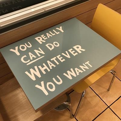 マクドナルドのテーブルと壁に人生を教わる